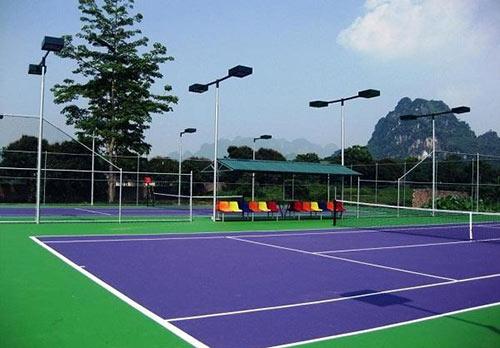 Chiều cao cột đèn của sân tennis phổ biến là từ 5 đến 10m