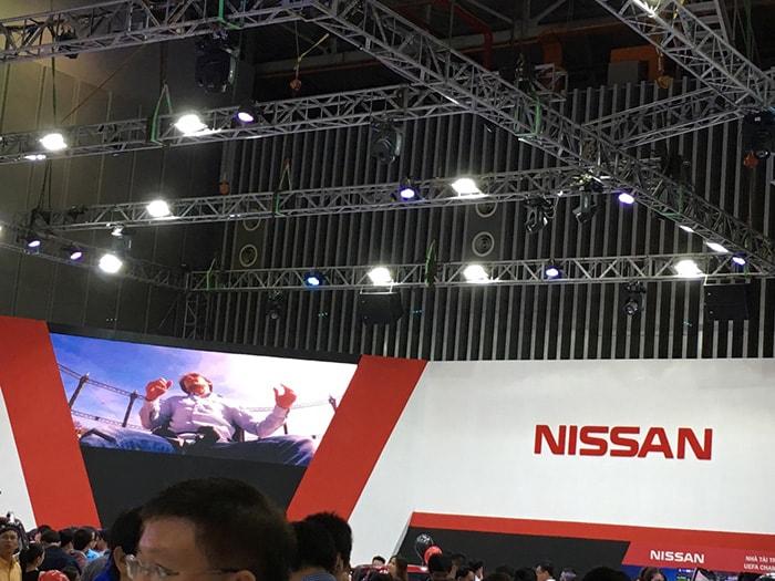 Cung cấp đèn pha led cho trưng bày xe hơi NISSAN