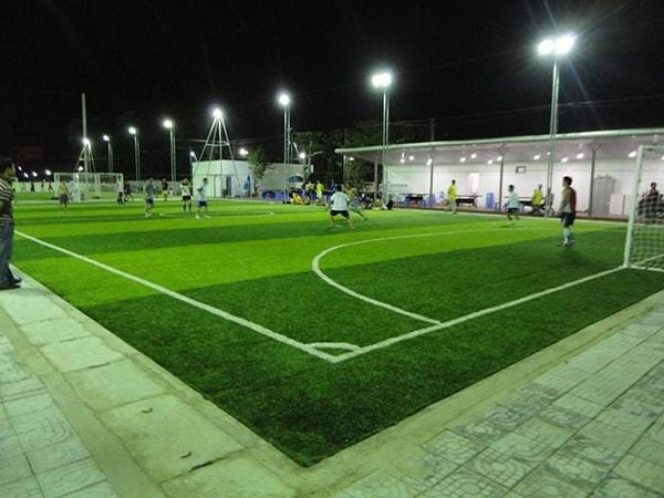 Một sân bóng được lắp đặt đèn pha led 150w