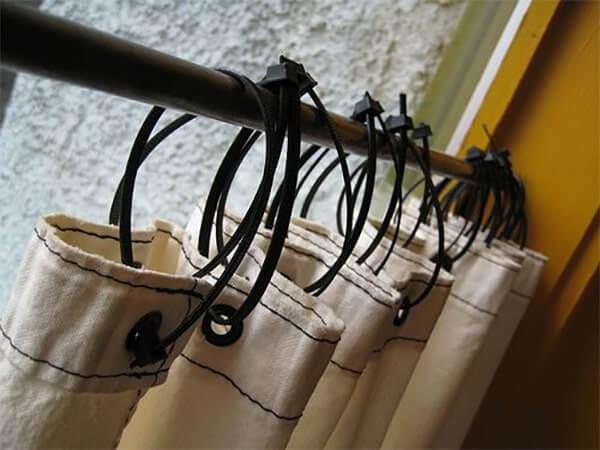 Sử dụng dây rút nhựa để treo rèm